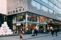 Helsinki, Finlandia Gente que camina en la calle de Aleksanterinkatu adentro Foto de archivo libre de regalías