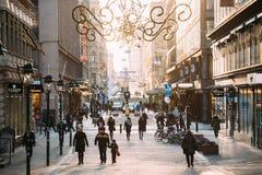 Helsinki, Finlandia Gente que camina en la calle de Kluuvikatu en invierno Fotografía de archivo libre de regalías