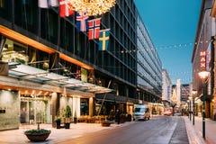 Helsinki, Finlandia Hotel Kamp en la calle de Kluuvikatu en la iluminación del Año Nuevo de Navidad de la Navidad de la tarde Es  Imágenes de archivo libres de regalías