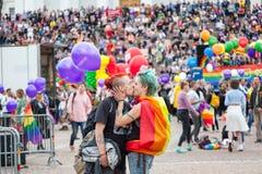 Helsinki, Finlandia, il 30 giugno 2018 Una coppia eterosessuale con una r fotografia stock libera da diritti