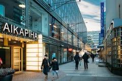 Helsinki, Finlandia La gente che cammina sulla via di Ateneumgranden nel giorno di inverno Fotografia Stock