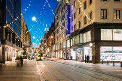 Helsinki, Finlandia La tranvía sale de parada en el St de Aleksanterinkatu Imágenes de archivo libres de regalías