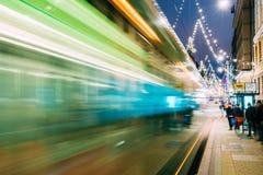 Helsinki, Finlandia La tranvía sale en la falta de definición de movimiento de parada en la calle de Aleksanterinkatu en el distr Imagen de archivo