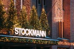 Helsinki, Finlandia Logotipo del título del letrero de la muestra de los grandes almacenes de Stockmann en Año Nuevo de Navidad d Fotos de archivo libres de regalías
