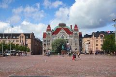 HELSINKI, FINLANDIA - 17 LUGLIO 2015: Teatro nazionale finlandese a Helsinki centrale sul lato settentrionale di Helsinki immagine stock