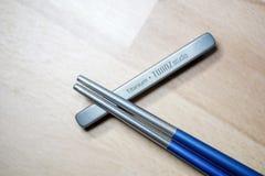 Helsinki Finlandia, Marzec, - 27, 2019: Chopsticks robić titanium dla podtrzymywalnego zamierzają i używać klingerytu ones Strzel zdjęcie royalty free