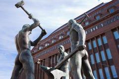 HELSINKI FINLANDIA, MARZEC, - 20, 2011: Helsinki rzeźba Trzy blacksmiths zdjęcia stock