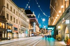 Helsinki, Finlandia Opinión de la noche de la calle de Aleksanterinkatu con el ferrocarril en el distrito de Kluuvi en Navidad de Imagen de archivo