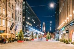 Helsinki, Finlandia Opinión de la noche de la calle de Keskuskatu en la iluminación festiva de Navidad del Año Nuevo de la Navida Imagen de archivo libre de regalías