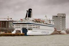 HELSINKI FINLANDIA, PAŹDZIERNIK, - 27: ferryboat PETER linia cumuje przy cumowaniem w porcie miasto Helsinki, Finlandia OCTO Zdjęcia Royalty Free