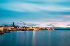 Helsinki, Finlandia Vista del terraplén con Ferris Wheel In Evening foto de archivo