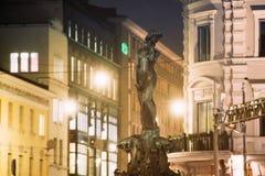 Helsinki, Finlandia Vista nocturna de la fuente Havis Amanda Is Nude F imágenes de archivo libres de regalías