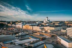 Helsinki, Finlandia Vista superiore del quadrato del mercato, via con il palazzo presidenziale immagine stock libera da diritti