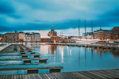 Helsinki, Finnland Ansicht der Abend-Stadt und der Uspenski-Kathedrale Stockfotografie