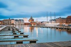 Helsinki, Finnland Ansicht der Abend-Stadt und der Uspenski-Kathedrale Stockbild