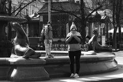 Helsinki/Finnland - 7. April 2019: Leute auf Straße einer europäischen Stadt stockfotografie