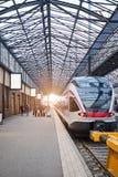 Helsinki Finnland - 21. Dezember 2017: Moderner Geschwindigkeitszug auf dem zentralen Bahnhof lizenzfreie stockbilder