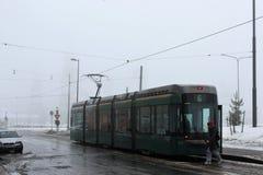 Helsinki, Finnland, im März 2012 Nebeliger Frühlingsmorgen, die erste Tram an der Bushaltestelle lizenzfreie stockbilder