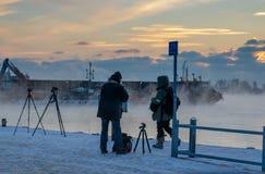 HELSINKI, FINNLAND - 8. JANUAR 2015: Einfrierende Fotografen am Hafen im Winter lizenzfreie stockbilder