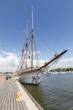 HELSINKI, FINNLAND - 10. JUNI 2017: Bauholz stellte hohes Segelboot an her Lizenzfreie Stockfotografie