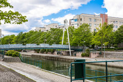 HELSINKI, FINNLAND - 12. JUNI 2016: Fußgänger Kabel-blieb bridg Stockbilder