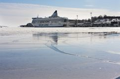 HELSINKI, FINNLAND - 17. MÄRZ 2013: die Silja-Linie Fähre im Hafen auf dem Golf bedeckt mit Eis Lizenzfreie Stockfotos