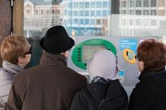 HELSINKI, FINNLAND - 29. MÄRZ: wenden Sie sich an einen automatischen Kartenschalter Stockfoto