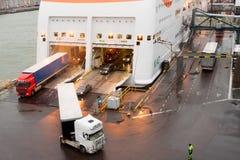 HELSINKI, FINNLAND - 25. OKTOBER: die Fähre TALLINK wird am Liegeplatz im Hafen der Stadt von Helsinki, Finnland OKTOBER festgema Stockbild