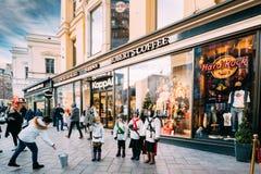Helsinki, Finnland Stern-Sänger nahe Stockmann-Kaufhaus Lizenzfreie Stockbilder