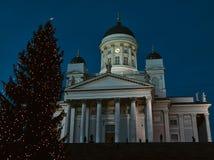 Helsinki-Kathedrale und ein Weihnachtsbaum Stockbilder