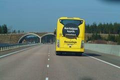 Helsinki lo más cerca posible, Finlandia - 29 de abril de 2018: Autobús amarillo en el camino en Escandinavia Carretera a Helsink fotos de archivo