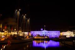 Helsinki-Rathaus und Segelschiff nachts Lizenzfreies Stockbild
