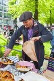 Helsinki-Restaurant-Tag 2016, Mann, der Torten verkauft Stockfotografie