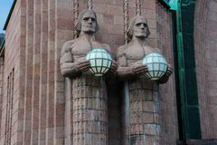 Helsinki-zentraler Bahnhof Die Laternenfördermaschinenstatuen lizenzfreie stockfotografie