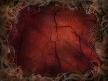 Helspinneweb en rookachtergrond voor de rode gebarsten muur van Halloween royalty-vrije stock afbeelding