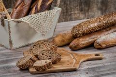 helt brödjpgvete Mörkt bröd för bagetter Skivad hel kornbrea Arkivfoto