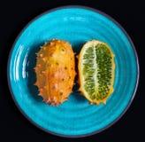 Helt en halv kiwanofrukt p? plattan arkivbild