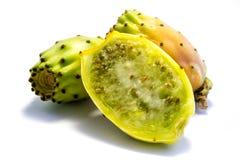 Helt taggigt päron två och skivat ett päron för ‹för †som taggigt isoleras på vit bakgrund royaltyfria bilder
