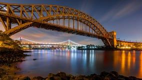 Helveteport- och Triboro bro vid natt fotografering för bildbyråer