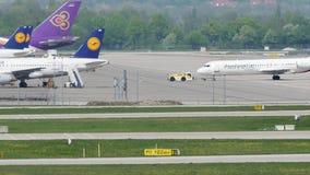 Helvetic空中航线平面乘出租车在慕尼黑机场 影视素材