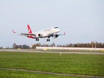 Helvetic空中航线登陆在布拉格机场的巴西航空工业公司190 免版税图库摄影