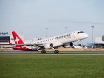 Helvetic空中航线登陆在布拉格机场的巴西航空工业公司190 免版税库存照片