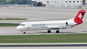Helvetic Airways hebluje taxiing w Monachium lotnisku, MUC zbiory wideo