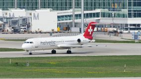Helvetic Airways-vliegtuig die in de Luchthaven van München, MUC taxi?en stock video