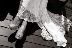 Hem του φορέματός της νεολαίες γυναικών παπουτσιών ποδιών χεριών νυφών Στοκ εικόνες με δικαίωμα ελεύθερης χρήσης