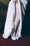 Hem του φορέματός της νεολαίες γυναικών παπουτσιών ποδιών χεριών νυφών Στοκ Φωτογραφίες