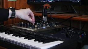Hem- anteckna musikstudio Blanda och styra process Sånginspelning och produceraprocess Solid tekniker som arbetar på att redigera stock video
