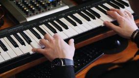 Hem- anteckna musikstudio Händer som spelar på piano med blandning och att styra av brädet och av soundboard Kompositörwritin för lager videofilmer