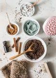 Hem- anti--cellulite produkter - kaffe skurar, kosmetisk lera, nödvändig orange olja, den handanti--cellulite massageren, mutter  fotografering för bildbyråer