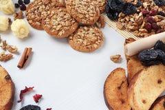 Hem- bageribakgrund med kakor, valnötter, katrinplommoner och russin Royaltyfri Bild